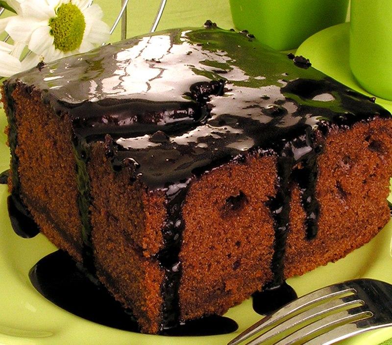 Faça este bolo de chocolate com bastante calda