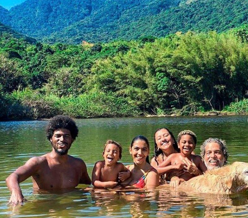 Família de Regina Casé unida na praia