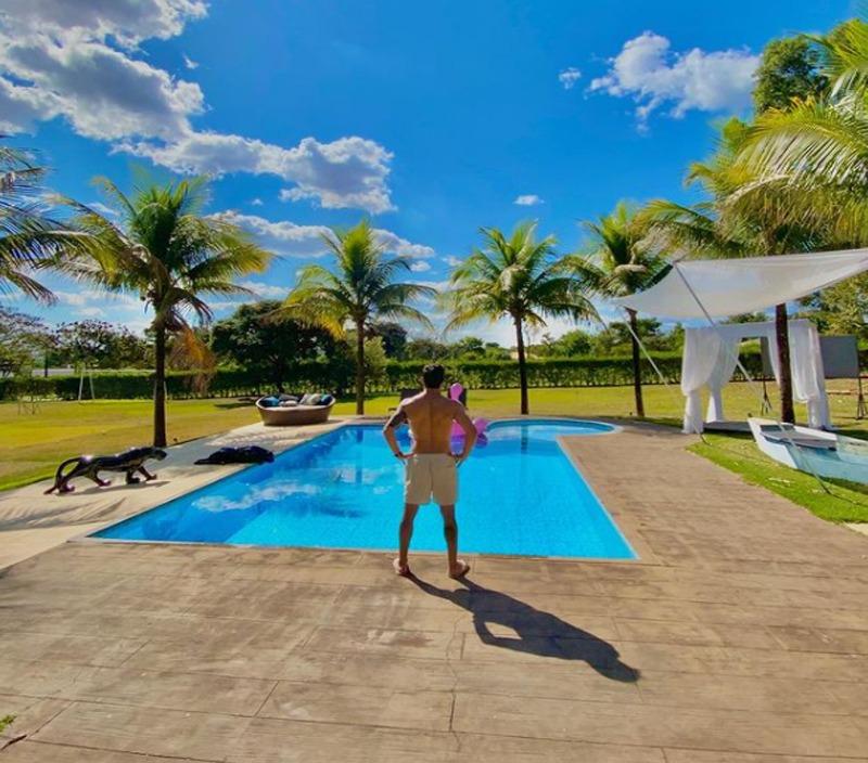 A grande piscina da casa de Rodolffo