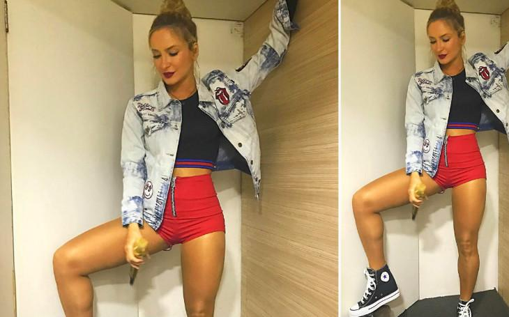 Estilo de Claudia Leitte hot pants all star e jaqueta jeans com patches