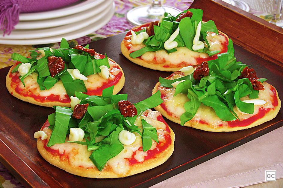 Mini pizza de rúcula com tomate seco
